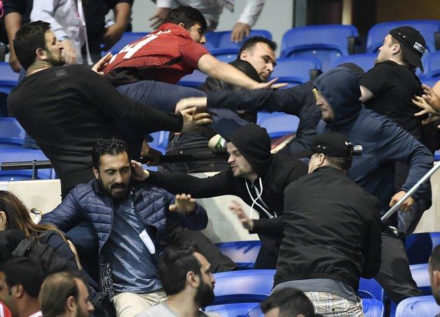 З'явилося відео заворушень, влаштованих фанатами «Бешикташа» настадіоні «Ліона»